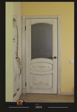 Межкомнатная дверь молочного цвета со стеклом и ручной росписью